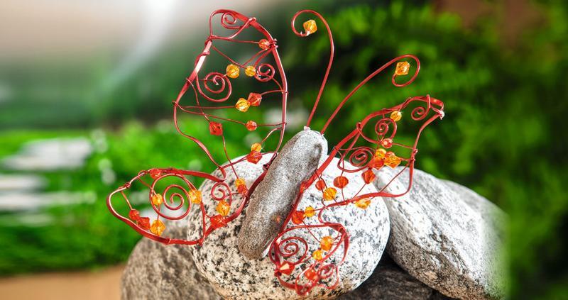 Großer Schmetterling aus farbigem Alu-Draht und Acryl-Facettsteinen ...